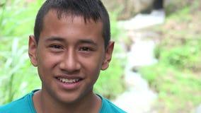 Колумбийский предназначенный для подростков мальчик Outdoors видеоматериал