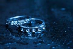 2 кольца белых золота на влажной таблице Стоковые Фотографии RF