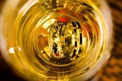 Кольца внутри стекла шампанского Стоковые Фотографии RF