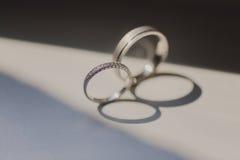 Кольца золота диаманта на день свадьбы Стоковое Фото