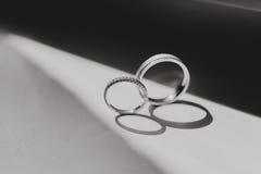 Кольца золота диаманта на день свадьбы Стоковое Изображение