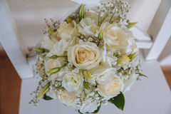 Кольца золота на букете свадьбы с белыми розами Стоковое фото RF