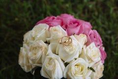 Кольца золота на букете свадьбы Стоковое Изображение RF