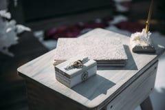 Кольца золота на декоративной белой коробке, ложь свадьбы на таблице Концепция ювелирных изделий Стоковая Фотография