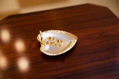 Кольца золота на стойке в загсе Стоковая Фотография