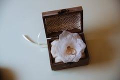 Кольца золота свадьбы в деревянной коробке на белой предпосылке Принципиальная схема влюбленности Стоковая Фотография RF