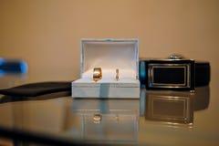Кольца золота свадьбы в коробке на таблице Стоковая Фотография RF