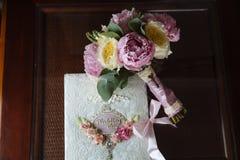 Кольца золота свадьбы и букет цветков на темном деревянном столе Замужество концепции Стоковые Фотографии RF