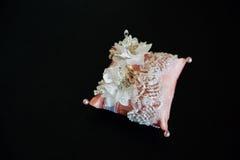 Кольца золота свадьбы на декоративной подушке Концепция ювелирных изделий Стоковая Фотография