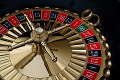 Кольца золота свадьбы на колесе рулетки Стоковые Изображения