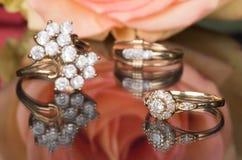 Кольца золота с диамантами и розой пинка Стоковое Изображение RF
