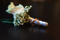 Кольца золота цветочной композиции свадьбы Стоковое Изображение
