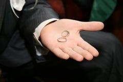 Кольца золота для wedding на ладони groom Стоковые Изображения