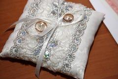 Кольца золота для wedding на декоративной подушке Стоковое фото RF