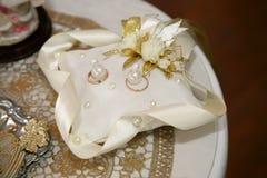 Кольца золота для wedding на декоративной подушке Стоковое Изображение