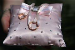 Кольца золота для wedding на декоративной подушке Стоковые Изображения