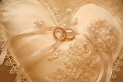 Кольца золота для wedding на декоративной подушке Стоковое Изображение RF