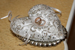 Кольца золота для wedding на декоративной подушке Стоковые Изображения RF