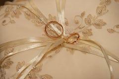 Кольца золота для wedding на декоративной подушке Стоковая Фотография RF