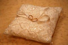 Кольца золота для wedding на декоративной подушке Стоковое Фото