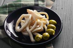 Кольца кальмара и зеленые оливки Стоковое фото RF