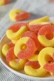 Кольца конфеты сладостного слащавого персика камедеобразные Стоковые Фото