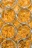 Кольца металла против текстуры картона Стоковое Изображение