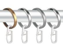 Кольца металла с зажимами для карнизов занавеса Стоковое фото RF