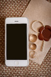 Кольца мобильного телефона и золота на конверте в дне свадьбы Стоковые Изображения