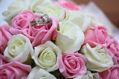 Кольца на букете свадьбы Стоковая Фотография