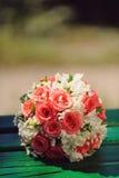 Кольца на букете свадьбы Стоковое Изображение