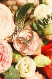 2 кольца на день свадьбы на букете Стоковое фото RF