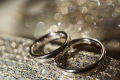 2 кольца на сияющей предпосылке Стоковая Фотография