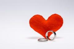 Кольца пар и сердце Стоковые Изображения