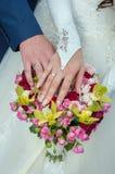 кольца пар показывая венчание Стоковое фото RF