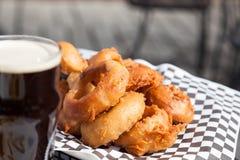 Кольца пива и лука на внешней таблице патио Стоковая Фотография RF