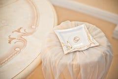 кольца предпосылки яркие wedding белизна кольца предпосылки яркие wedding белизна Стоковые Фотографии RF