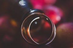кольца предпосылки яркие wedding белизна символы, атрибуты Праздник, торжество с сердцем и цветками пар нерезкости Стоковые Изображения RF