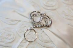 кольца предпосылки яркие wedding белизна Стоковое фото RF