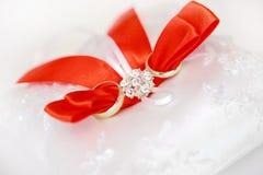 кольца предпосылки яркие wedding белизна Стоковая Фотография