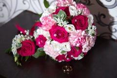кольца предпосылки яркие wedding белизна стоковое фото