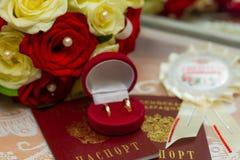 кольца предпосылки яркие wedding белизна Стоковые Изображения