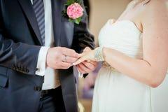 Кольца рук wedding невеста Стоковая Фотография RF