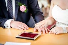 Кольца рук wedding невеста Стоковые Изображения