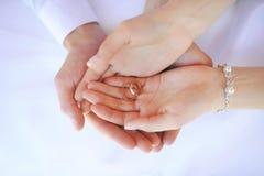 кольца рук wedding Стоковые Изображения