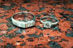 Кольца свадьбы серебряные на mable камне Стоковая Фотография