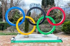 Кольца скульптуры олимпийские на улице Navaginskaya в Сочи Россия Стоковые Изображения RF