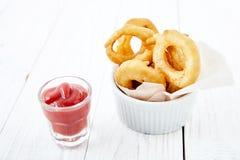 Кольца лука с кетчуп Стоковые Изображения