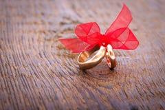 Кольца украшения свадьбы с красной лентой Стоковое Фото