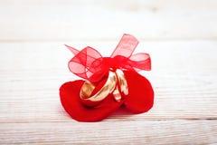 Кольца украшения свадьбы с красной лентой Стоковая Фотография